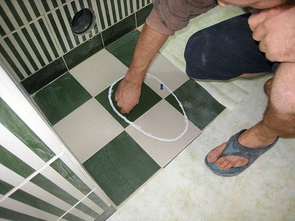Выложить плитку на пол в туалете своими руками 100